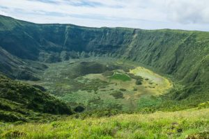 Caldeira, a huge crater with a diameter of about 2 km and a depth of 400 m.